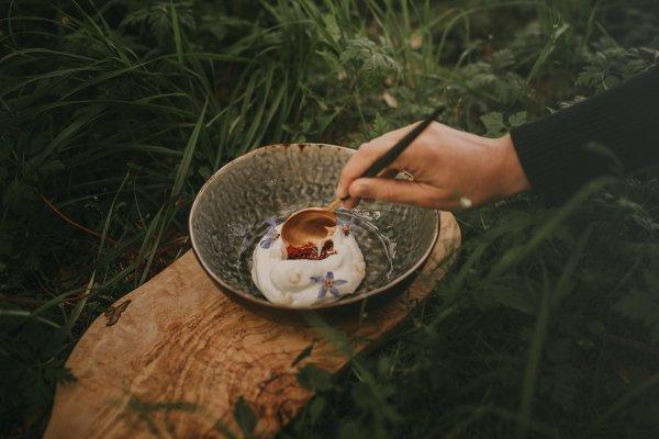 21deMarzo Catering-urprise de pimientos del piquillo, espuma de coliflor, pera y flores